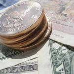 Krügerrand-Goldmünze und Geldscheine