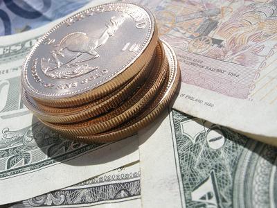 Krügerrand-Goldmünze auf Dollar-Scheinen